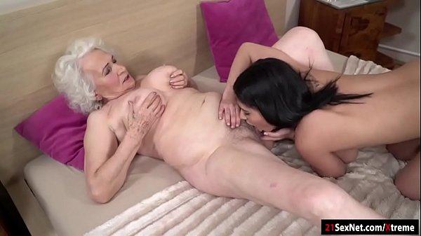 Incesto neta lésbica sexo oral com avó idosa na cama