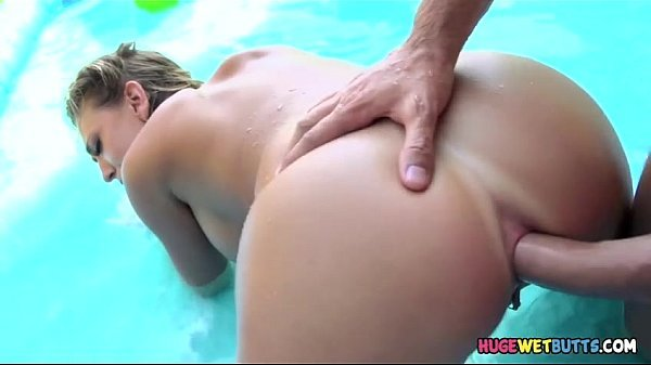 Loira linda dando o cu dentro da piscina inflável