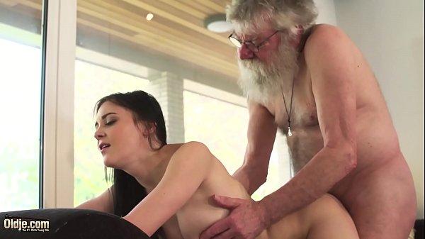 Incesto xxx neta chupa e faz sexo com avô gordinho barbudo