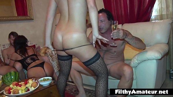 Loira e morena em uma festinha com muito sexo com grupo de amigos