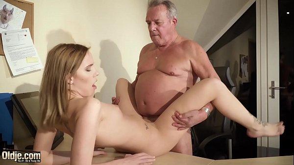 Sobrinha magrinha chupa e faz sexo com tio gordinho do pinto cabeçudo