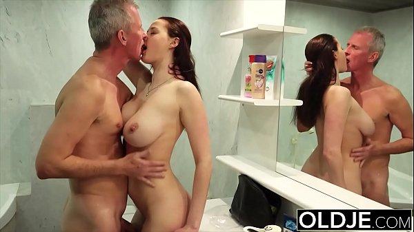 Incesto sobrinha peituda toma banho nua na frente do tio chupa e fode no banheiro