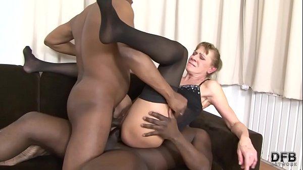 Pornô amador corno libera esposa coroa para foder com dois pretos roludos