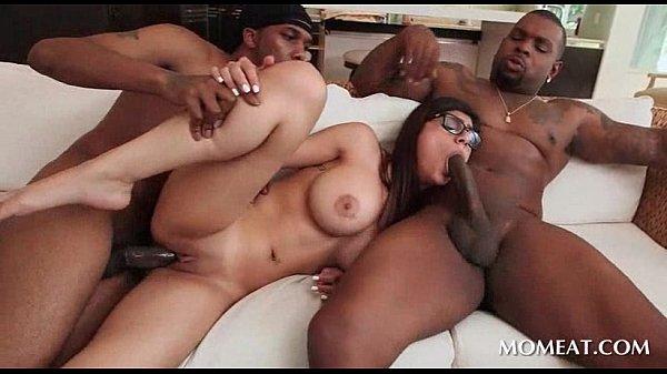 Pornô show Mia Khalifa na suruba com dois negros pirocudos