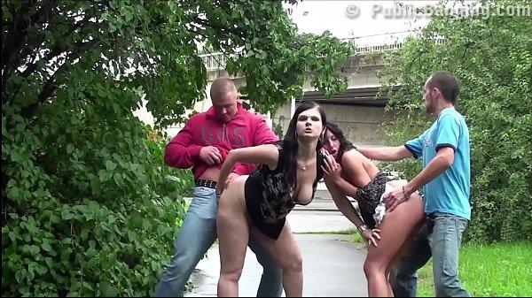 Putonas chupam e fodem juntas com macho na praça pública