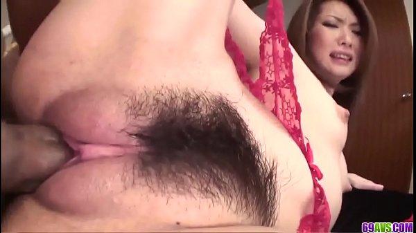 Japonesa fogosa chora com mastro dentro da buceta cabeluda