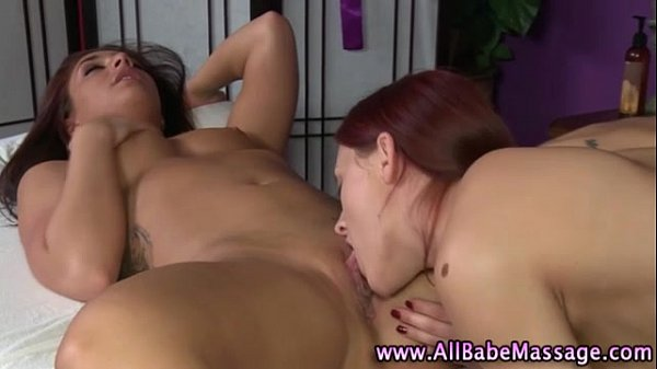 Ruivinha lésbica vai fazer massagem e acaba chupando a cliente até o gozo