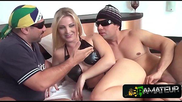 Xvidios pornô loira Paulista chupando e dando para dois na cama