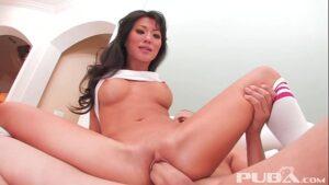 Pornô xvidios Asiática berra com pau grosso na buceta goza e bebe muita porra