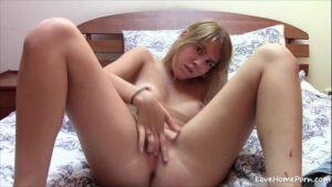 Loirinha novinha fica nua na webcam na cama e masturba a bucetinha rosada apertada