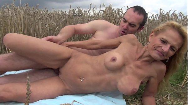 Coroa loira turbinada chupa e fode com filho do fazendeiro ao ar livre