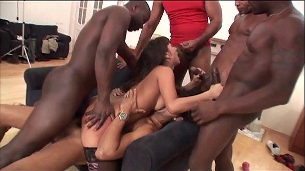 Pornô grupal interracial com novinha fodendo com pretos bombados