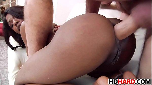 Negra gostosa delira com rola branca larga dentro do cu