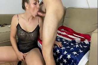 Amadora faz strip se masturba chupa e ganha porra na boca na webcam