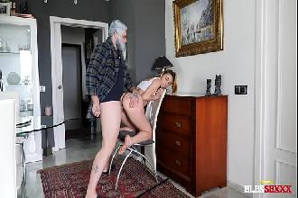 Incesto real neta loira chupa e leva piroca do avô por trás na xoxota