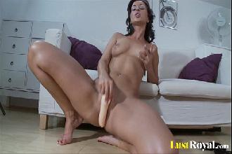 Morena perfeita peladinha se masturba com consolo na buceta beiçuda