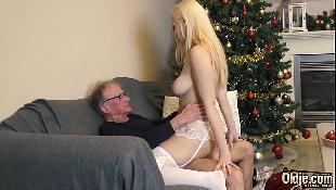 Neta loira tesuda chupa e goza com pau grosso do avô idoso na xoxota