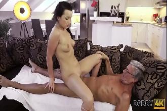 Nora chupa e fode com sogro maduro escondido do namorado corno