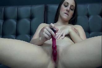 Safada sensualiza tira roupa e de salto alto masturba buceta
