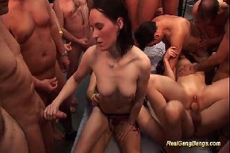 Putas de programa loira e morena divertindo diversos machos em uma festinha particular
