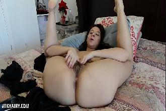 Morena tira roupa na cama e masturba a buceta beiçuda peludinha