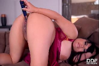 Asiática fofinha peituda se masturba e goza com vibrador na buceta