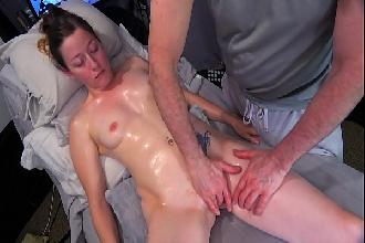 Branquinha goza na massagem erótica com dedos e vibrando na buceta