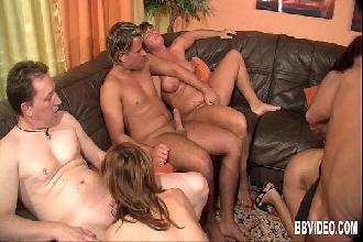Casais experientes em uma festinha com muito sexo na sala