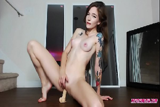 Magrinha tatuada orgasmo intenso com consolo de borracha na buceta