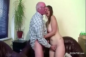 Neta gordinha chupa e fode com avô coroa do pau duro