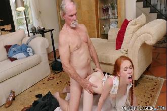Neta ruiva cavalga chupa e goza de quatro no tico do avô