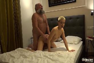 Nora doidinha toma banho e vai foder com o sogro coroa dotado na cama