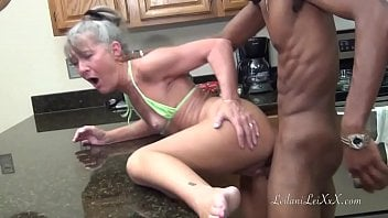 Coroa Leilani Lei fodendo com preto dotado na cozinha