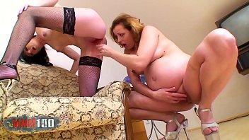 Lésbica grávida gozando com sexo oral e brinquedinho na xota