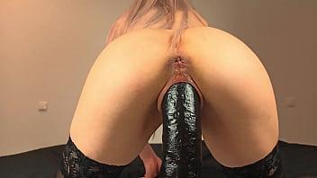 Bucetuda consolo preto e grosso até o talo com a bunda empinada