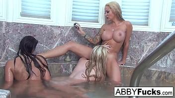 Trio lésbico sexo na banheira gozando com muito tesão e prazer