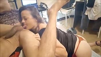 Amadora beijo grego e muita rola na buceta de quatro na cama