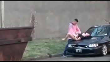 Foda no capô do carro no meio da rua em público