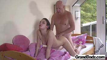 Netinha assanhada fodendo com avô careca bom de foda