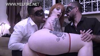 Ruiva cavala tatoada na suruba com machos mascarados gostosos